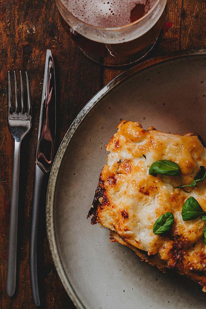 Matbild Lasagne öl robust talrik